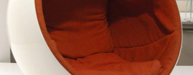 Ngv_design,_eero_aarnio,_globe_chair_1963-65_01